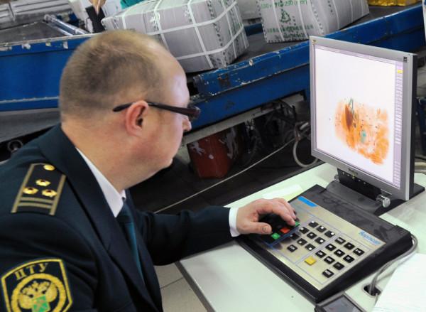 MOSCOW, RUSSIA. JUNE 2, 2010. A customs officer inspects parcels at the International Post Office in Moscow. (Photo ITAR-TASS / Valery Sharifulin) Ðîññèÿ. Ìîñêâà. 2 èþíÿ. Òàìîæåííûé äîñìîòð ïîñûëîê íà Ìåæäóíàðîäíîì ïî÷òàìòå. Ôîòî ÈÒÀÐ-ÒÀÑÑ/ Âàëåðèé Øàðèôóëèí